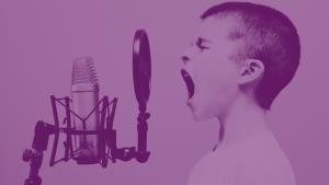 Afbeeldingen van jongen die in een microfoon zingt